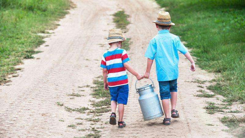 Zwei Kinder tragen eine Milchkanne » Schönbuchmilch Hof Horrer